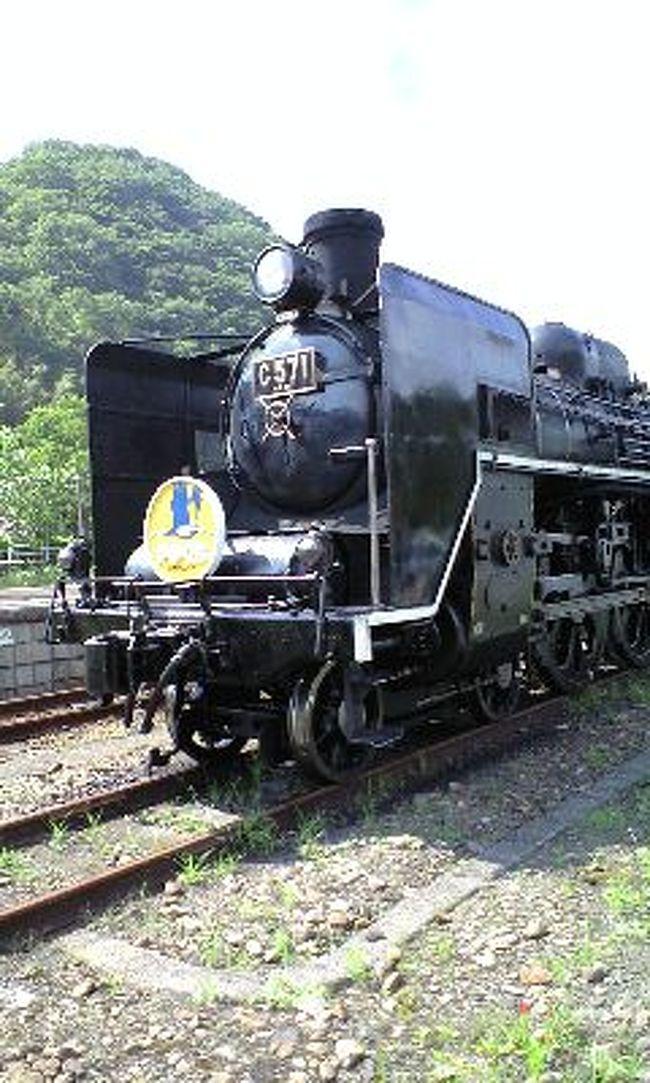 """SL山口号(貴婦人)に乗って、島根県の小京都「津和野」に行ってきました。<br /><br /> 実は10年くらい前に、「レンタク」でお客様をエスコートした旅なんです。<br /><br /> 今回は、私の職場レクリエーションの日帰り旅行でしたが、まさか自分が行くとは・・・。<br /><br /> 梅雨の真っ只中、幸いにも当日は好天に恵まれましたが・・・。<br /><br /> <br /> 8時40分小倉駅北口に集合8時50分出発の予定が、福岡からの観光バスが高速道路の事故渋滞で1時間も遅れ、「新山口駅」からSL山口号に乗り「津和野」に行く予定が、「津和野」→「新山口駅」に変更になり・・・<br /><br /> バスは観光客を乗せ、一路「津和野」を目指しました。<br /><br /> 12時過ぎに「津和野」に到着後、まずは町並み観光。<br /><br /> 「津和野」の町並みは昔とほとんど変わってなく、何とも言えないホッとした気持ちになりました。<br /><br /> 観光の後は、レストハウスで昼食です。<br /><br /> その後、お土産を買ったり、ソフトクリームを食べたりの自由時間を過ごし、15時半にいよいよSL山口号・貴婦人に乗り込みました。<br /><br /> 何十年ぶりでしょうか、「汽車」の煙の臭い・・・懐かしい臭い?<br /><br /> レトロな客室もよい感じ。<br /><br /><br /><br /> 私としては、数十年ぶりの観光旅行でした。<br /><br /> 今度は""""お千代?""""さんと行きたいなぁ!<br /><br />"""