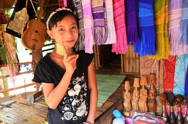 オッサンネコです。<br /><br />タイの最北部チェンライに1泊2日で行って来ました。<br />初日の前半戦はチェンライが誇る芸術に浸ってみようといきり立っていたのですが、<br />インパクト強すぎのザ・ワールドに終始やられっぱなし…<br />後半戦は郊外の山岳民族の集落に寄って、恒例の夕日浴を堪能しに行きます。<br />またチェンライのサタデーマーケットはとにかく食い物の屋台が面白く、<br />ヨネスケならぬモリスケの「突撃!タイの屋台メシ」をお送りします。<br /><br />今回のネタはこちら<br />−山岳民族村でしんみり<br />−最果ての茶畑で青春の夕日浴<br />−突撃!タイの屋台メシ 素敵な食中毒を添えて<br /><br />その時の記録です。<br /><br />