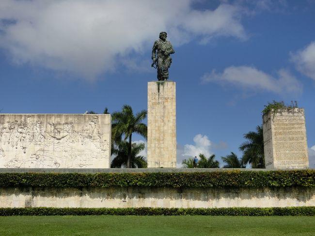 「チェ・ゲバラ霊廟」は「キューバで最初に欧州人に建設された都市」である「サンタ・クララ」にある「マルクス主義革命家」の「チェ・ゲバラ(本名はエルネスト・ラファエル・ゲバラ・デ・ラ・セルナ)の遺骨」が納められている「墓所」です。<br /><br />「チェ・ゲバラ」は「アルゼンチンの裕福な家庭」に生まれ「医師」となったのち「メキシコ亡命中」に「フィデル・カストロ」と出会い「キューバの反独裁闘争」に参加し「キューバ革命(1959年)」を成し遂げました。<br /><br />「1965年以降」は「アフリカ各地」を歴訪し「コンゴ動乱」など「 国際的な革命闘争」に参加します。<br /><br />「1966年」には「ボリビア」にて「ボリビア民族解放軍(ELN)」を率い「ゲリラ戦」を行っていましたが「翌年(1967年)」に「ボリビア政府軍」によって捕えられ「銃殺刑(39歳没)」となりました。<br /><br />「ゲバラの生涯と思想」は「反米的思想を持つ西側の若者」や「冷戦下における南アメリカ諸国の軍事政権下で革命を目指す者」たちに熱狂的にもてはやされました(ウィキ)。<br /><br />「チェ・ゲバラ霊廟」は「博物館」が併設されていますが「霊廟、博物館」ともに「写真撮影禁止」でした。