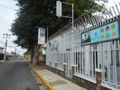 弾丸コスタリカ1605  「中米では、治安がいい街でも有刺鉄線でガードしています。」   ~アラフエラ~