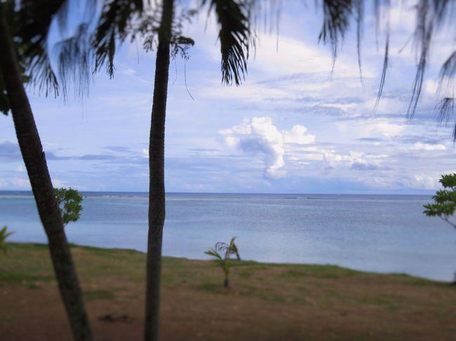 このグアム旅行もJALマイレージのキャンペーンにつられて、沖縄の前に予約してたもの。 ビジネスクラスでグアムは10000マイルのボーナス・マイル。<br /><br />JALのマイレージを使い果たしたら、デルタに浮気しようと思ってたら、JAL(本妻)に戻された感じ。 JAL(本妻)、デルタ(愛人)の間で揺れ動く、オッサンのような胸中…<br /><br />今回はメインのタモン・エリアから外れてるので、ショッピングというよりホテルでまったり、スローなホテル・ライフを満喫するはずだった… が…<br /><br />トミーのセールでタガが外れ、スーツケースに入りきらず、スーツケースと格闘することに… 重量はビジネスなので気にすることはないが、パンパン。<br />折角、頂いたヒルトンのギフトのリュックも置いてきた(´;ω;`)ウッ…<br /><br />☆ヒルトン グアム リゾート アンド スパ タシクラブ オーシャンビュー5日間 シャトルバスカード付き<br />JALビジネスクラス Cクラス往復専用車送迎<br /><br />ホテル クラブラウンジ利用(タシクラブ) ホテル特典 ボトルウオーター1一1本(毎日)、ガバナ2時間無料。<br /><br />1名で¥163540(空港税等込)からビジネス、シニア割引ありで¥10000マイナス。