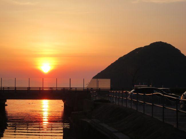 ご覧いただきありがとうございます。<br /><br />旅行初日の前半は、秋田新幹線「こまち号」に乗り東京駅から秋田駅へ移動し<br /><br />Mission 3「新幹線未乗区間」の一路線(秋田駅〜角館駅間)をクリアしました。<br /><br />天気に恵まれ、各県の名峰を綺麗に観ることができました。<br /><br />ランチは秋田名物「稲庭うどん」をいただきました。<br /><br />後半では奥羽本線の特急列車に乗り、今宵の宿がある青森駅へ向かいます。<br /><br />※タイトルの「寝ブタ」とは、食っちゃ寝する小生のことで、青森の「ねぶた」に<br /><br />引っかけました。<br /><br />□■□■□■□■□■□■□■□■□■□■□■□■□■□■□■□■□■<br /><br />【阿房列車】<br /><br />鉄道好きな内田百けん・(うちだひゃっけん)が、1950年(昭和25)から1955年(昭和30)にかけ執筆した乗り鉄記(紀行文)です。<br /><br />阿房列車は、作者が青森から鹿児島に至るまで日本各地を一等車(現グリーン車)に乗りながら旅をします。<br /><br />※作者の名前が一部文字化けするので平仮名表記してあります。