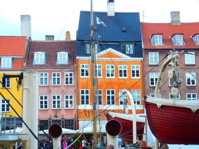 デンマークのコペンハーゲン<br /><br /><br />島に首都がある国というのは、世界で2つしかないのだそうです。<br /><br />ドイツから続く半島の国デンマークがそのひとつで、首都コペンハーゲンはスウェーデンに程近い「シェラン島」に位置しています。(もうひとつはアフリカの赤道ギニア)<br /><br /><br />写真はコペンハーゲンのシンボル的な通り、ニューハウン Nyhavn。<br /><br />ニューハウンなど、元々は船員街や倉庫街だった所がたくさん残っていて、可愛い街並みのある都市です。<br /><br /><br />日常が≪骨折によるリハビリ静養期間中≫というコンディションで、普段やることが他になさ過ぎたため、毎日のように前調べをして行った旅でした。<br /><br />そこそこの知識がついて、行きたい場所や食べたい物への希望が大きくつのっていましたが、今回は底辺のバジェット旅行。<br /><br />行くべきところやお得情報を熟知しているのに関わらず、郊外にあるハムレット城などたくさんの見どころへの断念を強いられました。<br /><br />それでもお金がないなら無いなりに、使うところではそれなりに惜しまず使い、楽しくすごしたコペンハーゲン2泊3日、その到着日から翌日半ばまでの1冊になります。<br /><br />* * * * *<br /><br />デンマークは多方面からランキング世界トップテンの常連国。<br /><br />社会保障・福祉が行き届き、環境保護に力を入れていて、物価が高くても国民の幸福度は世界でTOPの魅力ある首都コペンハーゲン。<br /><br />世界一住みやすい都市のナンバーワンにも選ばれています。<br />これは地域に映画館その他いろいろのエンターテイメントの割合が高く、バランスよく配置されている、といった数的統計によるものです。<br /><br />