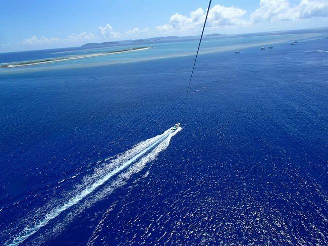 梅雨と台風のはざまに、行ってきました。<br />フォートラベラーのみなさまのアドバイスもいただき時間と予算の許す限り、<br />沖縄の夏をたのしんできました。<br />慶良間ブルーの海の上。パラセーリングしました。その船上にいた最年長だったかも。