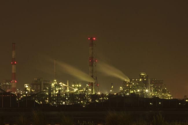 6月の鹿島夜景の前に、なぜか富士山経由で名古屋に行ってきました。<br />工場夜景ランキングで上位だったので、張り切って名港中央で降りて、金城ふ頭あたりに行ったつもりでしたが、見えた夜景は遥か彼方で、近視&老眼の私の目では、とても残念な距離で、あ゛あ゛〜。<br />周辺を先にもっと調べておくべきでした。失敗失敗。<br />駐車場は有料で大きかったのですが、ふ頭の海方面に向かうのに、延々歩いても着かず、やっと着いた先はゲートで立入禁止でした。<br />ゲートの警備員さんに、オイオイ!と言われつつ、なんとかねばって警備員さんの近くで撮らせていただきました。<br />ありがとうございました。でも小さなレンズでは〜やっぱ遠いですぅぅ。<br />でも、警備員さんおられたので、人の気配無しの中に一人で撮影でなかったので、とても有り難かったです。<br />川崎も、四日市も行ってきましたが、ホント、工場夜景撮れる所は人の気配無しで♪キラキラな夜景撮れた嬉しいドキドキやら♪誰もいない不安なドキドキやら♪誰かに怒られるドキドキやら♪大型トラックにはねられそうになるドキドキやら♪♪ドキドキ満載で楽しいです。<br />