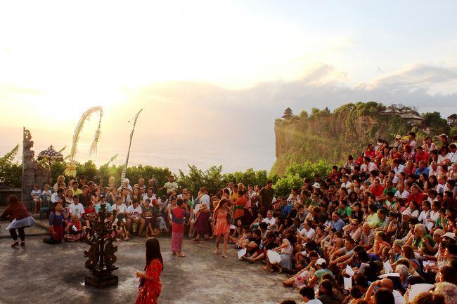 【表紙の写真】ウルワトゥ寺院でのケチャックダンス<br />Kecak Dance @ Uluwatu Temple<br /><br />東ティモールに行く機会があったけれでも、<br />経路の都合により、デンパサール(バリ島)経由がベストということで、<br />行きも帰りもバリ島にちょこっと寄ってきました。<br />とはいっても、<br />行きは一晩寝るだけ、帰りは、深夜便への乗り継ぎのために午後〜夜までの半日限定です。デンパサールのングラライ空港で、タクシーを半日チャーターして近場を回ってきました。<br /><br />【コンテンツ】<br />・ウルワトゥ寺院 & ケチャックダンス<br />・ジンバランビーチのシーフードBBQ<br />・タナロット寺院<br />・WARISAN Restaurant (バリの有名フレンチ)<br />・Dewi Sri Restaurant(ローカルお薦めのシーフード)<br />・ESPACE SPA(適当に入ったマッサージ)<br />・ASTON INN Tuban](1泊寝るためだけのホテル)<br />・ン・グラライ国際空港 新国際線ターミナル<br />(APECサミット2013に向けて新築)<br /><br /><br />★本来の目的地、2013年東ティモールの旅行記2部作<br />・独立後10年ちょっとの東ティモールを訪ねて@首都ディリ編<br />http://4travel.jp/travelogue/10863144<br /><br />・21世紀最初の独立国東ティモールの田舎巡り<br />http://4travel.jp/travelogue/10939558<br /><br />