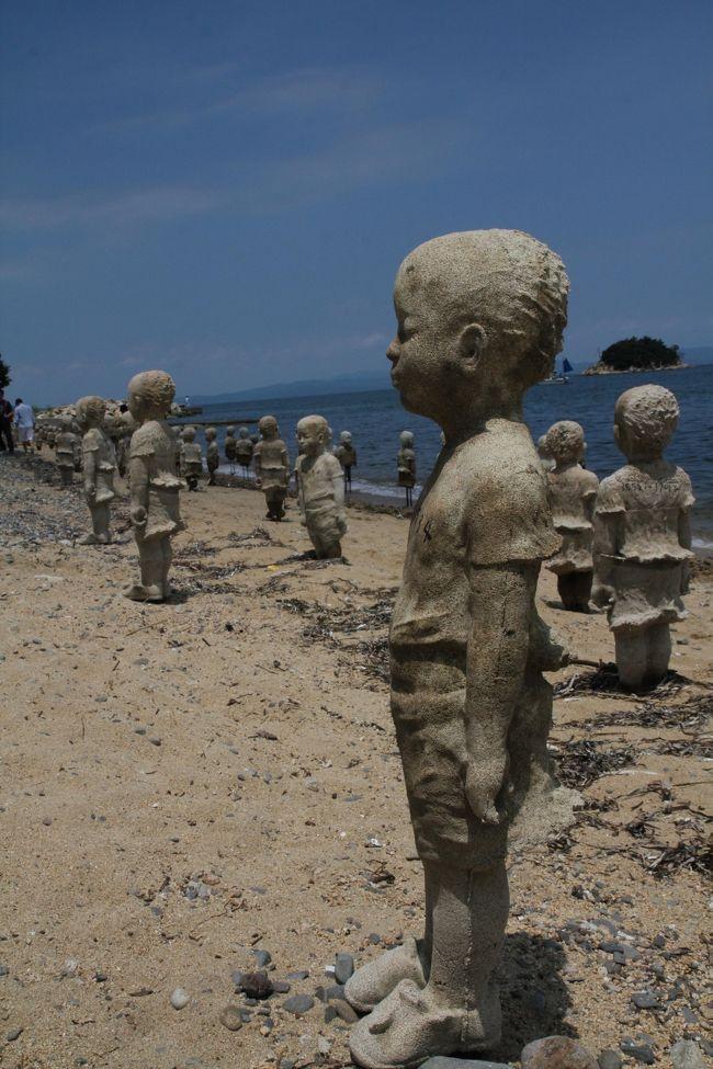 2016年瀬戸内国際芸術祭、夏の会期に小豆島、大島、犬島、そして高松港を巡ってみました。<br />今回は、まず最初に高松からフェリーで小豆島へ、小豆島の作品は非常に広い範囲に分散しており、今回は特に島の北側に位置する大部、ここにある林舜龍(リン・シュンロン)の大作、「国境を越えて・潮」をどうしても見たい、<br />ということでバイクを借りての島めぐりとしました。本当はレンタカーで行きたかったのですが、予約が取れずレンタルバイクとしました。<br />レンタバイクは、小豆島の玄関口、土庄の町の中にある石井サイクルさんにてお借りしました。実は、今回バイクに乗るのですが、何と実際にバイクに乗るのは30年ぶり、ということでここは大人の判断として安全最優先、中型免許がありますが原付を選択、のんびりと島をめぐることとしました。<br />土庄、石井サイクルさんを原付にて出発、まず最初に一番遠くの大部、続いて美しい千枚田の広がる肥土山、中山地区、そこから南下してたくさんの作品が点在する三都半島地区へと向かいました。<br />途中、小豆島の味も楽しみつつ、小豆島の現在アートをひとつづつバイクで風を切るながらめぐっていく、意外に交通量も少なかったこともあり、快適なライディングとなりました。また、真夏の芸術祭訪問は、今回が初めて、暑さと闘いながらの島巡りに多少不安がありましたが、意外に湿気が低く快適な一日でした。<br /><br />2日目前半 大島の旅行記<br /> http://4travel.jp/travelogue/11154048<br /><br />2日目後半 高松港の旅行記<br /> http://4travel.jp/travelogue/11154392<br /><br />3日目 犬島の旅行記<br /> http://4travel.jp/travelogue/11154385<br /><br /><br />8月の小豆島旅行記<br /> http://4travel.jp/travelogue/11158991<br /><br /><br />