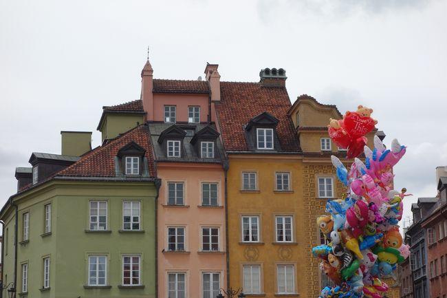 2016の夏休みは旧東側のポーランドとチェコへ。<br /><br />現在のポーランドの首都ワルシャワの旧市街は、第二次世界大戦で破壊されてしまいましたが、市民たちの執念で再現したという、すごい世界遺産です。ワルシャワでは見どころがまとまっていて、徒歩圏内で楽しめます。<br /><br />旅行初日の午後と3日目の午前に旧市街を散策です。<br /><br />7/16 成田ーポーランド・ワルシャワ(直行便) ワルシャワ旧市街散策<br />7/17 鉄道でマルボルク城、グダンスク日帰り<br />7/18 午前中、ワルシャワ旧市街散策 昼の鉄道でクラクフ移動、クラクフ旧市街散策、ヴィエリチカ岩塩坑見学<br />7/19 クラクフ観光(ヴァベル城、聖マリア教会など)クラクフープラハ夜行列車で移動<br />7/20 早朝プラハ到着、プラハ城など観光<br />7/21 終日プラハ市内観光<br />7/22 プラハーワルシャワ、ワルシャワー成田と乗り継いで帰国<br />ダイナミックパッケージという飛行機や移動手段、お宿を含むフリーツアーをネットで選んだので楽ちん。二日目の鉄道切符は自分でネットで手配しました。<br /><br />2016/7現在ポーランドの通貨 1ズオティ≒27円 4ズオティ≒1ユーロ<br />     チェコの通貨   1コルナ≒4.5円<br />