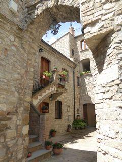 夏の優雅な南イタリア周遊旅行♪ Vol156(第9日) ☆Guardia Perticara:美しき村「グアルディア・ペルティカーラ」美しい城門を眺めて♪