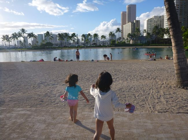 今年の夏休みは、2月に行ったグアムで子供も大丈夫ということがわかり、今なら行けるのでは?ということで、思いがけずハワイに。<br /><br />ヒルトン・ハワイアン・ビレッジに宿泊し、ホテルの海&プールとアラモアナ・カラカウア通り・スーパー巡りと、やりたいことはほぼ達成。<br /><br />天候もよく、日程的にも詰め込まずに満喫できて、人生2度目のハワイは大満足の旅でした。
