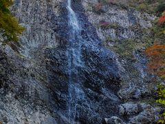 幅100mの岩壁から落ちる四国一の滝