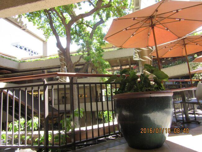 ロイヤル・ハワイアン・センター。<br /><br />前回(同年2016年5月)は、イリカイホテルだったので<br />初めての日本名の某レンタカー会社を使いましたが、借りる前日にカウンターへ来いとは・・・・後で考えても必要が有るのか???です。<br />しかも、<br />最初だけ暇そうな孤立したカウンターの日本人で、<br />後は全て米系他社と同じ現地係員・・・で、(日本語は通じませんし、最初の日本人スタッフは知らん顔です。  更に高い。<br /><br />車両はアラモ(観光客向き)よりも<br />ダラー【低価格、ビジネス用・観光用)よりも<br />良いけど、運転していて大した差は無かった:此処でも日本人が日本人からボル体質が垣間見えました(アジア人ってそうなのかな)。 <br />海外在住中からそういうのは見えたので、韓国人・中国人達を笑えません。<br /><br />ロイヤルハワイアンセンターでは二階最奥(ダイヤモンドヘッド側)の中華料理店(北京)で食べました。 <br />(2021:武漢新型コロナでか、グーグルマップでは店が消滅していました)<br /><br />5月の昼間でしたが、二階廊下は空いており、混雑が嫌いな私には楽でしたが、店内は比較的多くのお客が入っていました。<br /><br />途中のステーキ(ウルフギャング)ワイキキ店は相変わらず混んでいました。<br />色々な媒体で紹介されているからでしょうけど、<br /><br />地元の美味しいのをさがすのが良いのですけど・・初めての場合は仕方がないですが、日本人はリピーターが多いと思うのですが・・・。<br /><br />ウルフギャングって、長嶋息子がサービスが悪かったからチップ置かなかったら追いかけてきたって店なのかな・・・<br />此の武漢新型コロナでお客様の有り難さが分かったかも知れない。<br />観光地は皆同じだろう。京都も良くなったか? 中国人も来ないし。<br /><br />今日ははA・B館真ん中付近のフードコートで購入して外階段付近の座席で食べてみました。<br />今回食べたプレートランチ写真は一番下です。<br /><br /><br /><br /><br />□比較的美味しいし、好き嫌いの有る人も内容を選択出来ると思われる店<br />◎中華海鮮料理店:北京<br /> 所在地: アメリカ合衆国 〒96815 Hawaii, Honolulu, Kalakaua Ave, <br /> Royal Hawaiian Center #C311-C<br /> 電話: +1 808-971-8833<br /> places.singleplatform.com<br /> 営業時間:11時30分?21時30分<br /><br />□比較的美味しいプレートランチ(基本:持ち帰り弁当)の店<br />◎ヤミーコリアンバーベキュー<br />  2310 Kuhio Ave, Honolulu, HI 96815<br /><br /><br />□海岸前の比較的美味しいプレートランチ(基本:持ち帰り弁当)の店<br />◎The Steak Shack<br /> 2161 Kalia Rd, Honolulu, HI 96815 アメリカ合衆国<br /> 808-861-9966<br /> 営業:  10時00分?19時00分<br /> メニュー  places.singleplatform.com