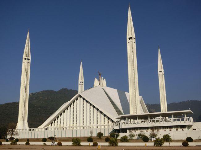 「シャー・ファイサル・モスク」は「イスラマバード」に位置する「1966年」に「サウジアラビアのシャー・ファイサル国王の寄進」によって建てられた「モスク内部で1万5千人」「モスク外部で8万5千人」が一度に「礼拝」が行える「世界最大級のモスク」です。
