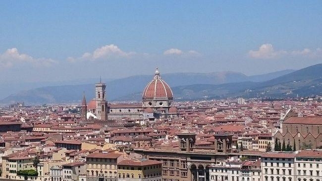 トルコクーデターの煽りを受けて往路便欠航のピンチにあいながらも、7月16日~23日までイタリア周遊旅行に行ってきました。気がつくと4日目で旅行もそろそろ中盤です。<br /><br />本日はいよいよフィレンツェ観光。<br />ルネッサンス発祥の都、フィレンツェ。街全体が屋根のない美術館と言われるだけあって、今も当時の華やかさの残る石造りの建物や、広場が街の至る所に点在します。<br />中世の町並みの中、自分が歴史の中に迷い込んだようです。<br /><br />時間調整で突然、二時間半の自由時間も生まれ・・・お買い物も花開くかな?