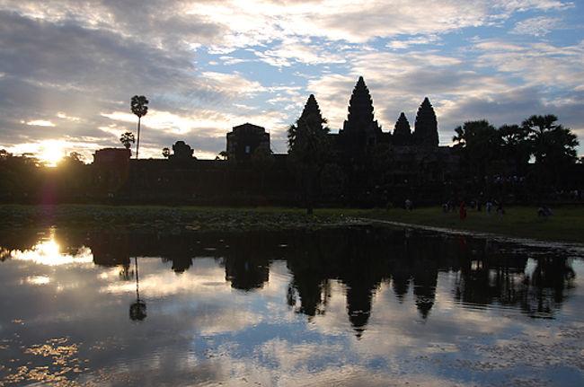 山〜登りに行くのがほぼ毎週の休日の楽しみですが、未知の世界を味わうという意味では毎年夏季休暇を利用して海外旅行をするのも楽しみ。今年はシェムリアップ6日間のツアーを申し込んで念願のカンボジア世界遺産アンコールワットを見に行くことにしました。<br /><br />今回はホテル指定のフリーパックだったので、事前に現地オプショナルツアーを専門サイト「VELTRA」で4つ頼んでおきました。<br />http://www.veltra.com/jp/<br /><br />2日目は比較的朝余裕がある郊外遺跡の散策を楽しみ、3日目はいよいよ世界遺産アンコールワットです。2日目は2人だけで専用車での観光でしたが、今回は9名いたのでワンボックスカーでの観光となりました。<br />それにしても今回のオプショナルツアーは早朝アンコールワットの日の出から始まり、アンコールトム、タプロム、昼食付き、アンコールワット、プレループにて夕日、夕食つきアプサラショーと凝縮プランで1人27ドル。アプサラショーだけで20ドル位だから本当に格安でお得でした。いやー4:00から21:00までガッツリでした。<br /><br />4日目はいよいよラピュタのモチーフになったと言われるベンメリアを訪れます。<br /><br />3日目の行動<br />4:00 起床<br />4:40 ホテル送迎 <br />5:40 アンコールワット着<br />6:05 日の出<br />6:20 アンコールワット集合 <br />7:00 ホテルに戻り朝食<br />8:45 再びホテル待ち合わせ <br />9:00 アンコール・トム見学 10:00<br />10:20 バプーオン見学 10:50<br />10:55 象のテラス 11:00<br />11:30 タ・プローム寺院見学 12:10<br />12:35 アンコールクッキーショッピング 12:45<br />12:50 オールドマーケット近く「イエローマンゴー」昼食 14:00<br />14:30 アンコール・ワット見学 16:20<br />16:50 プレループ遺跡夕日鑑賞 18:30<br />19:30 Amazon Angkor (アマゾン アンコール)レストランにてアプサラスダンスディナーショー鑑賞 20:30<br />21:00 ホテルへ到着<br />