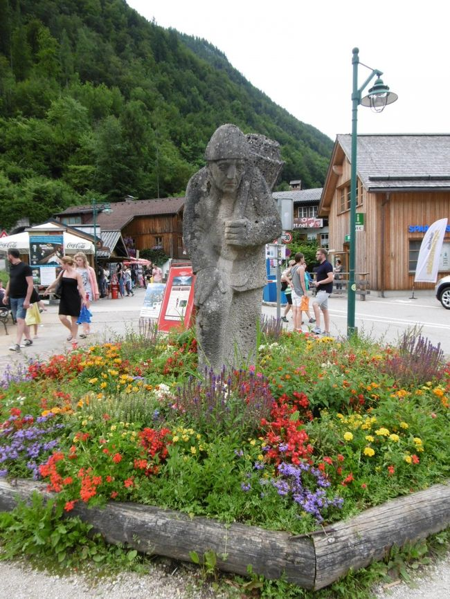 4月に、秋に週3回、東京のパワースポット「高尾山」に登る(驚)ことが決まる。<br /> イレギュラーに6月、千葉の鵜原への軽~いハイキングに行くことも決まり、「体力増強!!」がテーマの日々がスタート。<br /> 夏旅行は、行きたいと思ったツアーを探すが、日程と合わず、昨年に続き一人旅決定!!<br /> 昨年に続いてドイツで行きたくてもまだ行けてないところを「ミュンヘンを基点」に巡る計画を練り始めた。しか~し、頭の片隅に「山に登れ~」というささやき声が聞こえてくる。<br /> 5月中旬、千葉のハイキングのためのグッズもそろい始めた。そこで、昨年できなかった「温泉に入る」ことも計画に入れる。あとは行先。山があってハイキングができて温泉に入れるところ・・・で決まったのが「バート・イシュル」。地図を見てザルツブルグも近い、周辺を見るとインスブルックも行けそう!!ということで「インスブルック」行きも決定!!<br /> <br /> 旅程<br /> <br /> 8月2日(火)出発~到着  ☆<br />   3日(水)<br />   4日(木)<br />   5日(金)インスブルックへ<br />   6日(土)<br />   7日(日)<br />   8日(月)ミュンヘン経由で帰国へ<br />   9日(火)帰国<br /> <br /> <br /><br /><br />