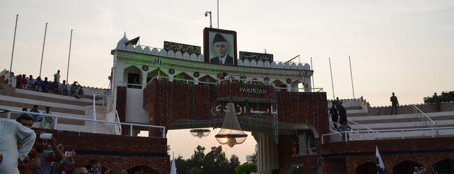大盛り上がりのパキスタンのフラッグセレ...