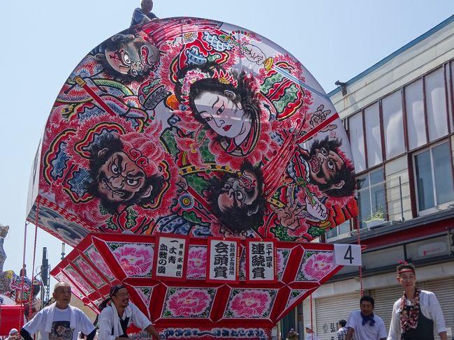 8/7(日曜)<br />弘前市内の宿泊し、午前中は弘前のねぷた祭りを見学しました。<br />昼間なのでねぷたのあかりはついていないのですが、弘前ねぷたを楽しむことはできました。夜のお祭りに比べて観光客も少なかったので、見やすかったです。<br /><br />青森ねぶたとは違って、弘前ねぷたは平面にきれいな絵が描かれています。<br />ねぶた(ねぷた)と言っても、それぞれ町によって違うので見比べるのは楽しいですね。<br /><br /><br /><br />===2016年8月東北旅行の概要===<br /><br />8/5 自宅→秋田<br />秋田竿燈祭り(移動距離約600キロ/秋田泊)<br /><br />8/6 秋田→弘前<br />五能線沿いドライブ・十二湖、不老不死温泉、千畳敷、青森ねぶた祭り(移動距離約300キロ/弘前泊)<br /><br />8/7 弘前滞在<br />弘前ねぷた祭り、五所川原立佞武多の館、斜陽館、十三湖、五所川原立佞武多祭り(移動距離約150キロ/弘前泊)<br /><br />8/8 弘前→古牧温泉<br />田舎館村田んぼアート、八甲田トレッキング、奥入瀬渓流トレッキング、十和田湖の乙女像、(移動距離約150キロ/古牧温泉泊)<br /><br />8/9 古牧温泉→乳頭温泉<br />八戸、久慈経由北山崎展望台、龍泉洞、宮古の浄土ヶ浜、(移動距離約400キロ/乳頭温泉泊)<br /><br />8/10 乳頭温泉→山の神温泉<br />角館、田沢湖のタツコ像、八幡平トレッキング、小岩井農場(移動距離約300キロ/山の神温泉泊)<br /><br /><br />8/11 山の神温泉→銀山温泉<br />大船渡・碁石海岸、陸前高田・奇跡の一本松、平泉中尊寺、毛越寺(移動距離約350キロ/銀山温泉泊)<br /><br />8/12 銀山温泉→自宅<br />銀山温泉散策、山寺立石寺、松島遊覧船、瑞厳寺→深夜に帰宅(移動距離約550キロ)<br />
