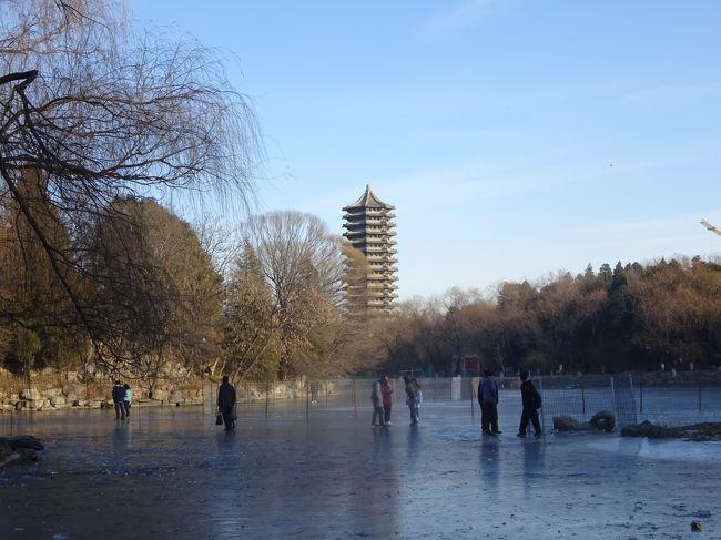 今は、まさに、8月、真夏! こんな時には、冬のことを思い出すに限ると思い、この1月に行った北京のマイナーな観光地を2つ。<br />北京大学は、日本で言えば、東京大学。ただし、そのキャンパスには円明園の一部を含み、広大なキャンパスである。そのたてものも、中華風なものを西洋風なものが混在している。<br />北京神玉芸術館は、ある意味「会員制のクラブ」。2万元、5万元、10万元と収める会費によって、できることが差別化されている。内容は、さまざまな玉製品の展示とレストラン。玉製品は、古いものから新しいものまでいろいろであるが、出土地などが明確になっていないものも多く、どのように入手したのか、興味深い。<br />