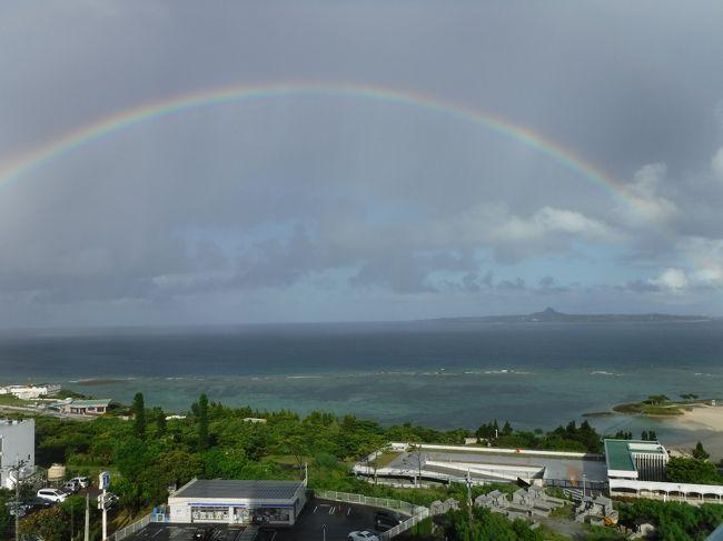 """夏休み前に、ネットで見つけた近畿日本ツーリストの「JALで行くバーゲン・沖縄」♪<br />お盆明けの沖縄が、【沖縄かりゆしアーバンリゾート・ナハ】2泊の3日間で、一人¥30,000ほど。<br /><br />安~~~い!!<br />そう言えば、慶良間諸島ってまだ行った事ないんだよねぇ~~。<br />よし!夏休み最後は、息子と2人で""""ケラマブルー""""を見に行こう!と決めました。<br /><br />座間味島行の高速艇と、日帰りの無人島ツアーと、もろもろの予約も早々に入れていたのに、台風接近のため、船がすべて欠航。。。。。。<br />急遽、初日を北部泊に予定を変更して、美ら海水族館を堪能してきたのでした。"""