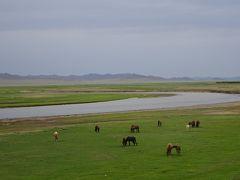 灰色の空、緩く広がる草の大地@ウンドゥルシレット