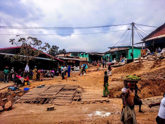 9日間の夏休みで東アフリカのタンザニア、ルワンダ、ケニアに行ってきました。<br /><br />2ヶ国目はルワンダ。1日だけの滞在で、情報が乏しく見所が殆ど分かりませんでしたが、首都キガリの街を適当に散策してみました。<br /><br /><旅程><br />【1日目(8/20土)】<br /> 羽田0:30→ドーハ5:45(QR813=カタール航空)<br /> ドーハ8:35→キリマンジャロ14:25(QR1355)<br /> モシ泊<br />【2日目(8/21日)】<br /> キリマンジャロ登山1日目<br /> マンダラハット泊<br />【3日目(8/22月)】<br /> キリマンジャロ登山2日目<br /> ホロンボハット泊<br />【4日目(8/23火)】<br /> キリマンジャロ登山3日目<br /> キボハット泊<br />【5日目(8/24水)】<br /> キリマンジャロ登山4日目<br /> ホロンボハット泊<br />【6日目(8/25木)】<br /> キリマンジャロ登山5日目<br /> キリマンジャロ21:20→ナイロビ22:20(KQ437=ケニア航空)<br /> ナイロビ24:25→キガリ24:50(KQ478)<br /> キガリ泊<br />【7日目(8/26金)】<br /> キガリ19:10→ナイロビ21:30(WB460=ルワンドエア)<br /> ナイロビ泊<br />【8日目(8/27土)】<br /> ナイロビ17:55→ドーハ23:20(QR1336)<br />【9日目(8/28日)】<br /> ドーハ2:25→成田18:40(QR806)