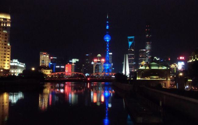梅雨の季節だったが、4日間の休みが取れたので、上海を経由して南京に行ってきた。現地もやはり梅雨真っ只中で、あちこちで雨に降られた。<br /><br />1日目☆上海着。外灘の夜景観光。<br />2日目☆虹口(多倫路)散策後南京へ。鶏鳴寺・城壁・長江大橋・夫子廟を巡る。<br />3日目 総統府・中山陵・明孝陵を巡り、夕方上海へ戻る。<br />4日目 帰国<br /><br />浦東空港着が16時30分頃の飛行機。無理すれば南京まで行けるのだが、遅れた場合のことを考え、初日は上海に宿泊することにした。夜は定番の外灘夜景観賞、翌朝虹口の多倫路~魯迅公園を散策。