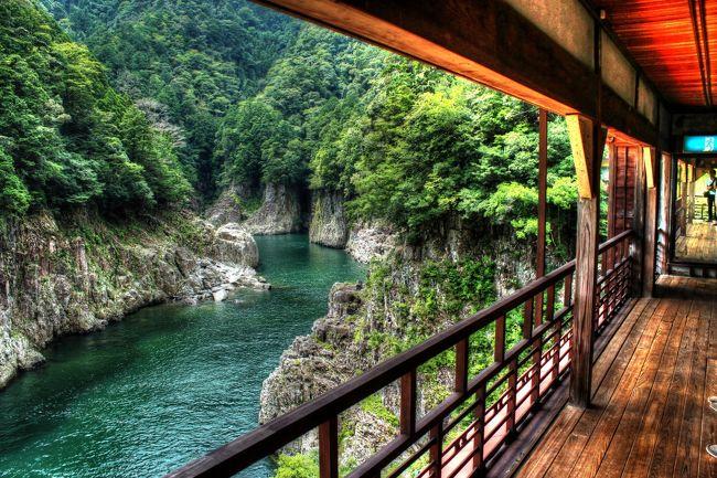 """日本の奥深くを訪れたい!と思って計画した今回の秘境旅。目的地は実に南半分が山地で占められる奈良県の最も南に位置する十津川村です。険しい紀伊山地の山奥を通る国道をひた走り、&quot;下界""""とは様子の異なった秘境をめぐる1泊2日の旅行です。<br />世界遺産に登録されている熊野古道にまつわる名所旧跡や景勝地もあり、途中で大雨に見舞われたときは大変でしたが、文字通りの山あり谷ありの起伏に富んだ旅となりました。"""
