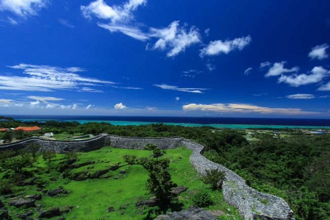(2018年2月18日作成)<br />1年以上続き書いてなかった気まぐれ更新の沖縄滞在記です…。<br />宮古島から沖縄本島に移動して今帰仁城を見に行き、名護市内のゲストハウスに泊まりました。<br /><br />《宮古島編》<br /><br />6/24:出発~伊良部島<br />https://4travel.jp/travelogue/11149097<br />6/25:伊良部島・下地島<br />https://4travel.jp/travelogue/11152850<br />6/26:伊良部島~宮古島<br />https://4travel.jp/travelogue/11153610<br />6/27:宮古島、池間島方面<br />https://4travel.jp/travelogue/11155146<br />6/28:宮古島、来間島方面<br />https://4travel.jp/travelogue/11157036<br />6/29:宮古島→那覇<br />https://4travel.jp/travelogue/11167328<br /><br />《沖縄本島編》<br />6/30:沖縄本島・今帰仁城