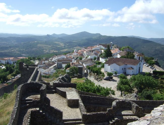 ポルトガル縦断ドライブ旅行で、コインブラから内陸に入り、モンサントに立ち寄ったあと、マルヴァオンを訪問、1泊した。<br />ここは、「鷲の巣」と呼ばれる天空の村。白壁の家並みは、エーゲ海の島を思わせる。<br />眺望が素晴らしく、東方にはスペインが見渡せる。<br /><br />詳細は→Kenの我楽多館 旅行館書庫(ポルトガル編)<br />http://ken.image.coocan.jp/sub322.html<br />