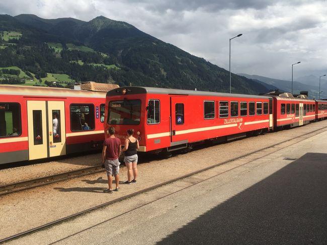 2016年 8/18から9/3の17日間,夫婦二人でオーストリアを旅行しました.<br /><br />6月中旬にオーストリア航空のチケット(往路ビジネスクラス,復路エコノミークラス)が取れたので,そこから急遽,旅程を計画しました.実はこの時,オーストリア航空が9月4日を最後に日本撤退が決まっていたので,オーストリアへ直行便で行ける最後の機会になります.<br /><br />今回は,以前からぜひ行きたいと思っていたチロル地方ツィラタールの「あるホテル」に泊まり,石採りツアーへ参加することにしました.そこで旅行のキーワードは,石採り,トレッキング,ハイキング,博物館です.<br /><br />滞在先はチロル地方ツィラタールにあるFugen,ザルツカンマーグートのSt.ギルゲン,ウィーンの三つに絞り,ゆっくりのんびり腰を据えて楽しむことにします.また滞在先では天候に左右されるトレッキングやハイキングを楽しむので,当日の予定は固定せず,お天気次第で変えられるよう柔軟性を持たせました.なおホテルや鉄道の予約は全てネット(Booking.com,oebb.at)による個人手配です.<br /><br />この旅行記では,登山・下山等のちょっときつめのコースを歩く場合は「トレッキング」,ほぼ平坦なコースを歩く場合は「ハイキング」,ぶらぶらとのんびり歩く場合は「散策」または「街歩き」と使い分けることにします.<br /><br />また地名は原則カタカナ表記,カタカナ表記が難しいあるいは怪しい場合はアルファベットで表記,さらにドイツ語のウムラウトはこのサイトでは表示できないので,ウムラウトなしで表記します.<br /><br /><br /> ---------- 旅行スケジュール ----------<br /> <br />◇8月18日(1)オーストリアへ 成田→Wien<br />■8月19日(2)チロルへ Wien→Jenbach→Fugen<br />◇8月20日(3)チロルFugen滞在 Spieljochトレッキング<br />◇8月21日(4)チロルFugen滞在 Mayrhofen街歩きとPenkenalm周辺の散策<br />◇8月22日(5)チロルFugen滞在 OlpererHutteコースの下見<br />◇8月23日(6)チロルFugen滞在 ホテル主催の石採りハイキング<br />◇8月24日(7)チロルFugen滞在 OlpererHutteトレッキング<br />◇8月25日(8)ザルツカンマーグートへ Fugen→Jenbach→Salzburg→St.Gilgen<br />◇8月26日(9)St.Gilgen滞在 Zwölferhornトレッキング<br />◇8月27日(10)St.Gilgen滞在 Schafberg下山トレッキング<br />◇8月28日(11)St.Gilgen滞在 Wolfgangsee湖畔ハイキングとSt.ギルゲン街歩き<br />◇8月29日(12)ウィーンへ St.Gilgen→Salzburg→Wien<br />◇8月30日(13)Wien滞在 軍事史博物館<br />◇8月31日(14)Wien滞在 ①自然史博物館,②美術史博物館<br />◇9月01日(15)Wien滞在 Naschmarkt~Grinzing~Mariahilfer通りの街歩き<br />◇9月02日(16)帰国 Wien→(機中泊)~9月03日 →成田(OS51)<br /> 以上