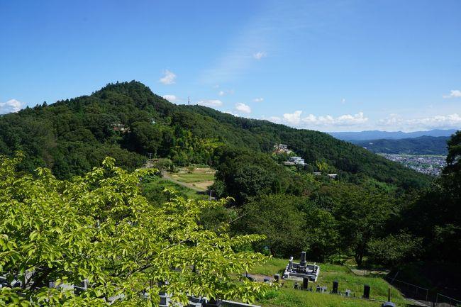 県庁所在地であって、観光の要素が一番ない都市はどこか?関西だと大津がそういう評価だと思いますが、実はそうではない。少し歩くと天智天皇の関係があったり、まったくそんなことはありません。今までの私の経験で言わせてもらうと、まったくダメなのは大分市と津市、福島市がトップ3だったんですが、それはやっぱり駅周辺に限った場合。今回、福島市は郊外に出ると実は花見山公園や飯坂温泉だけではない、それ以上に豊かな観光要素がまだまだあって恵まれたエリアであることに気が付かされました。<br /><br />ちなみに、市街に一番近いのは信夫山公園。標高標高275mの信夫山の一帯を整備したもの。そもそも信夫山は、入口に建つ護国神社や黒沼神社のほか出羽三山の分社があって信仰の山でもあるのですが、自然の豊かさからも福島市民にとっては手軽な遊び場としてのイメージが強いのではないかと思います。<br />ただ、山の中腹には除染で出た廃棄物置き場があって、それを運び込む大型トラックが行き交うし、山林の落ち葉を掃いたりする除染の作業をあちこちで行っていたり。県立美術館に抜ける遊歩道の紅葉とか緑がとても美しいのに、原発事故の爪痕がいまだに濃いようなところがあって、ちょっと心が痛みました。<br /><br />そして、福島市の郊外なら、やっぱり浄土平。浄土平は、磐梯吾妻スカイラインのほぼ中間。かつての噴火口の形がそのままの吾妻小富士(1,707m)、中腹から静かに噴煙を上げる一切経山(1,949m)に囲まれた高原の平坦地です。ビジターセンターや天文台などにちょこっと寄った後は、そのまま木製の遊歩道を歩いて、清々しい高原の雰囲気を楽しみました。<br /><br />ややつぎはぎだらけの旅行記ですが、なんとか福島市近郊の様子を感じ取ってもらえればと思います。<br /><br /><br />