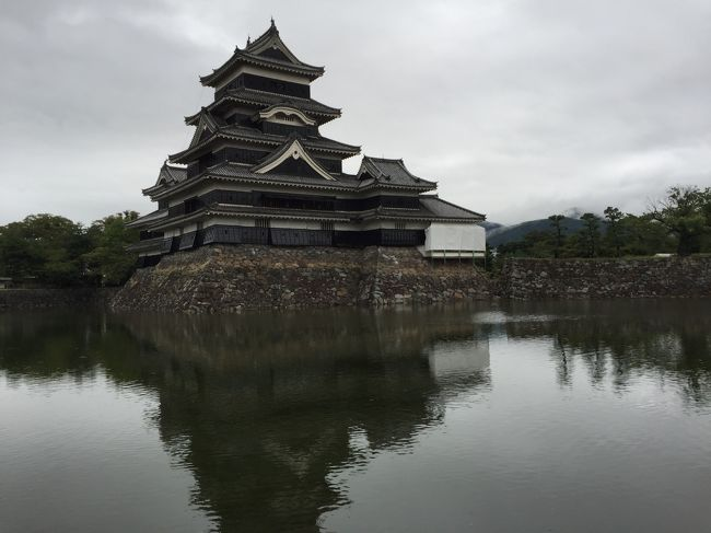 9月の連休に今年最後の信州行き。あいにくの雨。高原のリゾートで雨が降ってしまうとやることが限られます。毎年のように訪れる土地だと美術館、博物館もあらかた訪れてしまっており。今回は比較的あたらしい施設、安曇野アートヒルズととても古い施設、国宝松本城を訪れました。