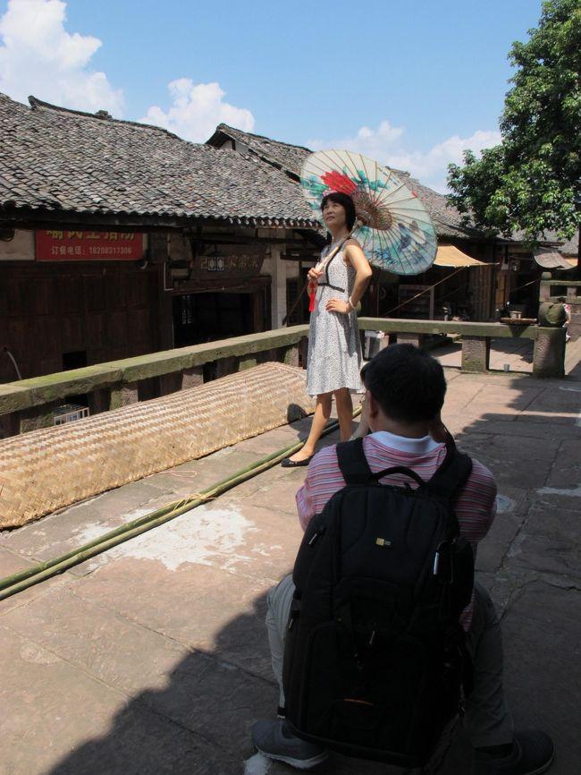 というわけで2016年の夏休み、<br />その1では重慶から福宝に行きました。<br />で、福宝で1泊して、<br />その2は、濾州に向かいます。<br />3日目から5日目の様子です。<br />濾州では日帰りでサクッと堯壩古鎮へ。<br /><br />全体スケジュールは、<br />1日目:成田→上海→重慶(飛行機)<br />2日目:重慶→福宝(バス)<br />3日目:福宝→合江→濾州(バス)<br />4日目:濾州→尭覇→濾州(バス)<br />5日目:濾州→上海(飛行機)<br />6日目:上海うろうろ<br />7日目:上海うろうろ<br />8日目:上海→成田(飛行機)<br /><br />というわけで、<br />今回も要所要所の交通情報もお届けいたします。