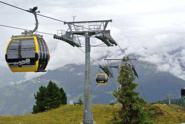 2016年 8/18から9/3の17日間,夫婦二人でオーストリアを旅行しました.<br /><br />6月中旬にオーストリア航空のチケット(往路ビジネスクラス,復路エコノミークラス)が取れたので,そこから急遽,旅程を計画しました.実はこの時,オーストリア航空が9月4日を最後に日本撤退が決まっていたので,オーストリアへ直行便で行ける最後の機会になります.<br /><br />今回は,以前からぜひ行きたいと思っていたチロル地方ツィラタールの「あるホテル」に泊まり,石採りツアーへ参加することにしました.そこで旅行のキーワードは,石採り,トレッキング,ハイキング,博物館です.<br /><br />滞在先はチロル地方ツィラタールにあるFugen,ザルツカンマーグートのSt.ギルゲン,ウィーンの三つに絞り,ゆっくりのんびり腰を据えて楽しむことにします.また滞在先では天候に左右されるトレッキングやハイキングを楽しむので,当日の予定は固定せず,お天気次第で変えられるよう柔軟性を持たせました.なおホテルや鉄道の予約は全てネット(Booking.com,oebb.at)による個人手配です.<br /><br />この旅行記では,登山・下山等のちょっときつめのコースを歩く場合は「トレッキング」,ほぼ平坦なコースを歩く場合は「ハイキング」,ぶらぶらとのんびり歩く場合は「散策」または「街歩き」と使い分けることにします.<br /><br />また地名は原則カタカナ表記,カタカナ表記が難しいあるいは怪しい場合はアルファベットで表記,さらにドイツ語のウムラウトはこのサイトでは表示できないので,ウムラウトなしで表記します.<br /><br /><br /> ---------- 旅行スケジュール ----------<br /> <br />◇8月18日(1)オーストリアへ 成田→Wien<br />◇8月19日(2)チロルへ Wien→Jenbach→Fugen<br />◇8月20日(3)チロルFugen滞在 Spieljochトレッキング<br />■8月21日(4)チロルFugen滞在 Mayrhofen街歩きとPenkenalm周辺の散策<br />◇8月22日(5)チロルFugen滞在 OlpererHutteコースの下見<br />◇8月23日(6)チロルFugen滞在 ホテル主催の石採りハイキング<br />◇8月24日(7)チロルFugen滞在 OlpererHutteトレッキング<br />◇8月25日(8)ザルツカンマーグートへ Fugen→Jenbach→Salzburg→St.Gilgen<br />◇8月26日(9)St.Gilgen滞在 Zwölferhornトレッキング<br />◇8月27日(10)St.Gilgen滞在 Schafberg下山トレッキング<br />◇8月28日(11)St.Gilgen滞在 Wolfgangsee湖畔ハイキングとSt.ギルゲン街歩き<br />◇8月29日(12)ウィーンへ St.Gilgen→Salzburg→Wien<br />◇8月30日(13)Wien滞在 軍事史博物館<br />◇8月31日(14)Wien滞在 ?自然史博物館,?美術史博物館<br />◇9月01日(15)Wien滞在 Naschmarkt〜Grinzing〜Mariahilfer通りの街歩き<br />◇9月02日(16)帰国 Wien→(機中泊)〜9月03日 →成田(OS51)<br /> 以上