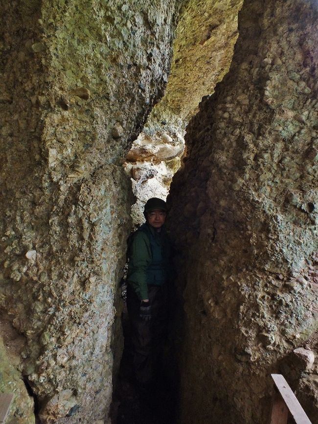 砥部焼で有名な砥部町の古岩谷川上流に、四国霊場・岩屋寺背後の霊山と読み方が同名の礫岩の霊山・古岩谷山がある。こちらの霊山にも行場があるが、山の標高が200m程度と低く、山中を回遊する行場兼ミニ四国霊場の参拝道は道標も完備し、一般観光客でも登ることができる。<br /><br />岩屋寺の古岩屋山のような巨大岩塔はないものの、神仏が祭られた岩屋が複数あり、岩石が折り重なった洞穴を通り抜ける箇所もあり、山中の景観自体は一般的な深山の霊山と変わりない。<br /><br />山上の西と東は展望所となっている岩場があり、東の展望岩下の岩盤に開いた岩屋には、扉と床板のみが建設された毘沙門堂があるが、そこについはまりたくなってしまう(?)「割れ目」がある。<br /><br />その割れ目は山の規模同様、久万高原町の古岩屋山のせり割岩より一回り以上小さいが、せり割岩は本来、「割れ目」ではなく、浸食作用で形成されたものであることから、こちらの山の「割れ目」の方が「割れ目マニア」(?)にとっては価値がある。<br /><br />行場である「くぐり岩」も東西二ヶ所にあるが、東の方のものは小さく、四つん這いにならないと抜けられない。一方、西のくぐり岩は前述のように順路になっているので、かがむだけで通り抜けられる。<br /><br />毘沙門堂の南西の侵蝕岩屋には霊岩寺(霊巌寺)奥の院(東側)と稲荷神社(西側)が鎮座しており、独特の景観を醸し出している。<br />私は霊岩寺駐車場(トイレあり)に駐車したが、そこは狭いので、奥のミニ四国霊場登山口前広場に駐車した方が良い。<br /><br />下山後は国道379号に戻り、南下して行き、万年トンネルを抜けた先で右折し、旧瀧見橋袂に駐車し、道標のある銚子滝を探訪した。落差28mの滝は、安山岩の崖を二条になって落下している。上流に銚子ダムがあることから、水量が少ないので滝壺は浅い。<br /><br />瀧見橋袂には、ダムの東方辺りで大正期から昭和37年まで採掘されていた銚子瀧鉱山の貯鉱庫が残っている。ここまで鉱石が索道で運搬され、トラックに積み替えられていた。<br /><br />それから更に国道379号を南下し、嶽見橋袂で次の探訪地「仙波渓谷」の案内板を見るが、駐車スペースがなかったため、猿谷川沿いの道路を百数十メートルほど東進し、路肩に駐車した。<br /><br />仙波渓谷はかつて、南方の仙波ヶ嶽トンネル上の仙波ヶ嶽と一体化した景勝地だった。<br />遊歩道を下りて行って猿谷川を渡り、休憩所を過ぎると渓谷は断崖の峡谷と化し、甌穴が連続する激流となる。砥部町の国道下にこんな深い峡谷が形成されていることは意外。<br /><br />遊歩道は仙波ヶ嶽トンネル出口の神ノ森橋で終わるが、その南方に駐車スペースがあった。<br />更にそのまま徒歩で国道を南下すると、左手に神の森大橋が架かっている。この橋は我が国初の木造一等橋(20トン車の荷重に耐えられる橋)の車道橋で、平成6年5月に竣工した。幅員5mで全長は26.36m。<br /><br />神の森大橋を渡った先の広場にあるトイレで用を済ませ、そこから玉谷川沿いを走る「ふるさとかけはしウォーキングコース」を辿った。<br />最高所の展望台からの展望は対岸の神の森公園が望める位。<br /><br />コースはミニ鉄道である「こども列車」に繋がっていたが、閑散としており、野良猫の棲み処になっていた。<br />その南、第四及び第三陶芸舎を過ぎると広田鉱山のトロッコ橋と貯鉱庫が残っていた。この鉱山は明治後期から昭和29年まで採掘されており、金・銀・銅・硫化鉄鉱等が産出されていた。<br /><br />第三陶芸舎横から木造人道吊橋である神藤橋を渡ると道の駅ひろたの敷地に出るが、そこは鉱山事務所と鉱石集散地跡。<br />帰路は国道を歩いて帰った。<br /><br />[アプローチ]<br />※以下の国道379号を走る路線バスはデマンド化している可能性があるため、自治体に確認を。<br />古岩谷山登山口・・・「岩谷」バス停より徒歩20数分。<br />銚子滝・・・「銚子滝」バス停より徒歩数分。駐車スペースあり。<br />仙波渓谷・・・「仙波」バス停すぐ。<br />神の森大橋・・・「ふるさと館前」バス停すぐ。
