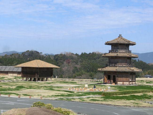 「鞠智城(きくちじょう)」は「山鹿市と菊池市」にまたがる「台地状の丘陵」に「7世紀(推定)」に「大和朝廷(推定)」によって築かれた「古代山城(朝鮮式山城)」です。<br /><br />写真は「温故創生館の2階」から見た「鼓楼(復元)」と「米倉(復元)」です。