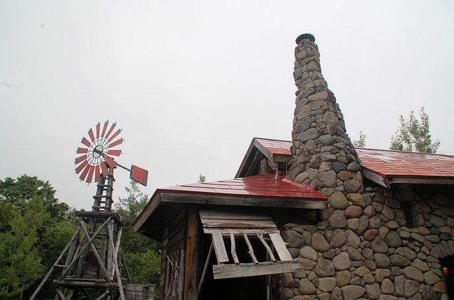 「拾って来た家」、「麓郷の森」を見学したあとは、いよいよ最後のスポットとして、「五郎の石の家」を見学しました。<br /><br />五郎の石の家<br />[http://www.furanotourism.com/jp/spot/spot_D.php?id=401]<br /><br />なお、このアルバムは、ガンまる日記:「五郎の石の家」を見学する[http://marumi.tea-nifty.com/gammaru/2016/10/post-d08b.html]<br />とリンクしています。詳細については、そちらをご覧くだされば幸いです。