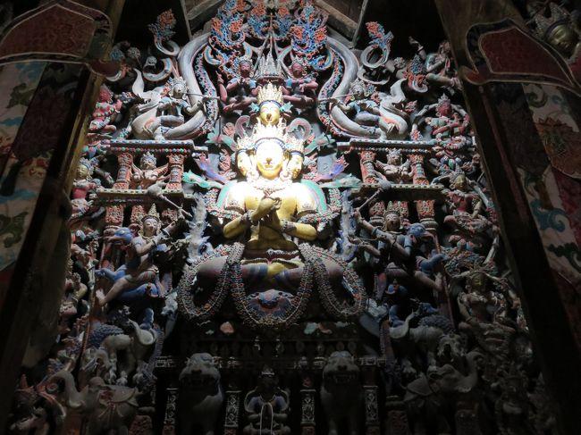 ラダックは、インド北部に位置する、平均標高3,500mの山岳地帯。中国のチベット自治区よりも、チベットらしさが残っていると言われている一帯。ここを、2006年9月に初めて訪問して以来、十年振りに訪れた。<br /> 今回は、「ヌブラ谷とパンゴン・ツォ」のツアーに参加。<br /> ラダックの中心地レーから、標高5,000m以上の峠を越えて、ラダック北部にあるヌブラを訪れる。パナミック、フンダル、デスキットでゴンパ(僧院)を参拝した後、再度、峠を越えて、下ラダックのスムダ・ドでキャンプ泊。最後に、インド映画『きっと、うまくいく』のラストシーンで有名なパンゴン・ツォを観光した。<br />