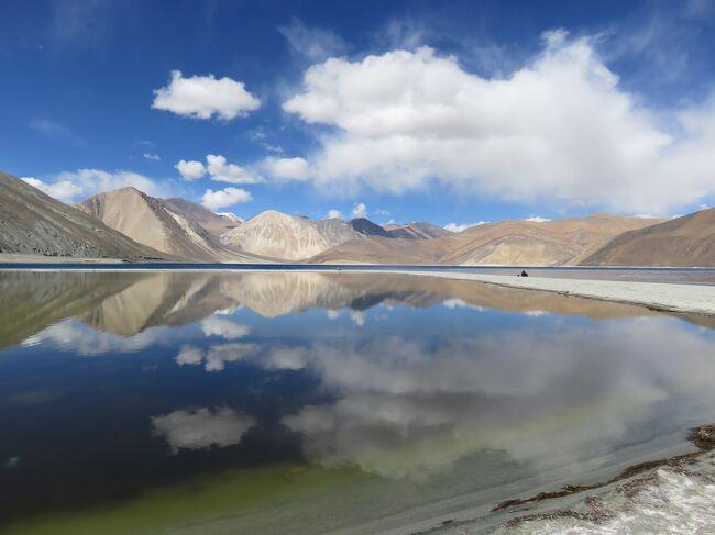 ラダックは、インド北部に位置する、平均標高3,500mの山岳地帯。ここを、2006年9月に初めて訪問して以来、十年振りに訪れた。<br /> 今回は、「ヌブラ谷とパンゴン・ツォ」のツアーに参加。<br /> ラダックの中心地レーから、標高5,000m以上の峠を越えて、ラダック北部にあるヌブラを訪れる。パナミック、フンダル、デスキットでゴンパ(僧院)を参拝した後、再度、峠を越えて、下ラダックのスムダ・ドでキャンプ泊。最後に、インド映画『きっと、うまくいく』のラストシーンで有名なパンゴン・ツォを観光した。<br />