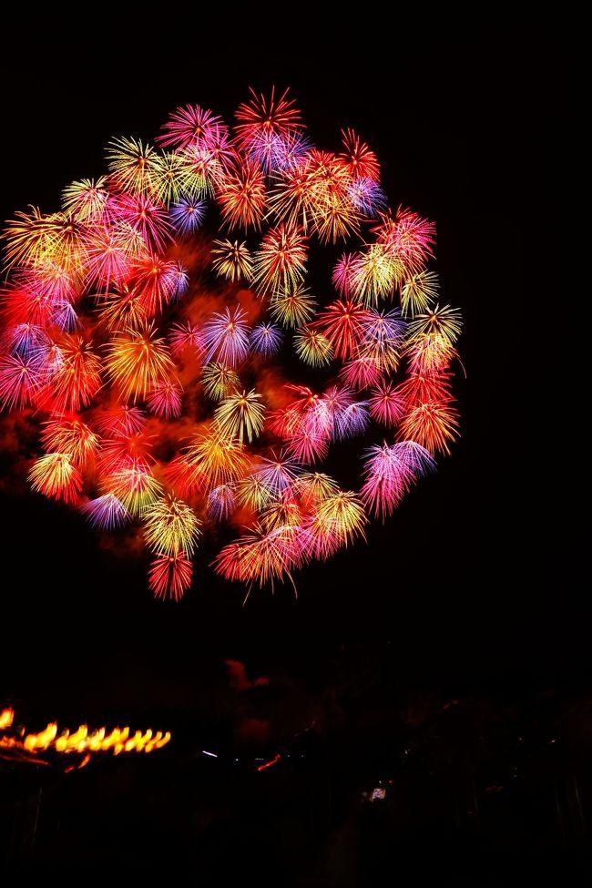 越後三大花火と言えば海の柏崎、川の長岡、山の片貝と呼ばれています。<br />長岡花火は毎年恒例行事というくらい<br />(詳しくはこちら→http://4travel.jp/travelogue/11161575)<br />1年に一度の大切なイベントとして足を運んでいますが、<br />今回、10年ぶりくらいに片貝まつりを訪問することができました。<br /><br />長岡花火は祈りや復興の願いをこめた花火ですが<br />片貝の花火は浅原神社の奉納花火です。<br />熱い地元の方の想いが詰まった花火がたくさん夜空を咲かせていました。<br />夢中で撮り続けた写真から厳選してこちらの旅行記に綴らせていただきます。<br /><br />