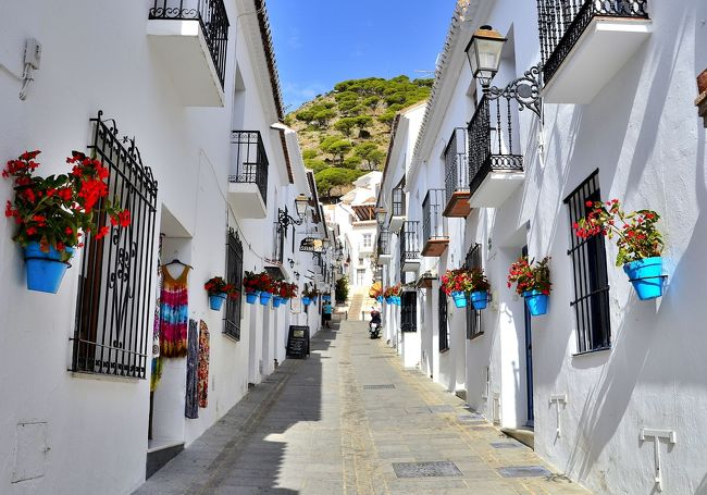 「太陽の国」と賞賛されるスペイン。その中でも最もスペインらしい景観が広がるのが南スペインのアンダルシア地方のコスタ・デル・ソルです。果てしなく続く蒼い空と燦々と降り注ぐ太陽の日射し、陽光を浴びて輝く白い家並、碧さを湛えた地中海・・・。<br />コスタ・デル・ソルの一画を占めるミハスは、まるで絵本から飛び出してきたような丘の上の白い街です。ジブリ作品『魔女の宅急便』の挿入歌『やさしさに包まれたなら』(荒井由実)をつい口ずさんでしまいそうな街です。ミハス山麓の海抜420mの高さに位置し、眩い太陽光を反射して白く輝く家々をぼんやり眺めていると、改めて「スペインに来た!」という実感と、アラブのどこかの国に迷い込んだような錯覚が錯綜し、何とも奇妙な異国情緒に浸ることができます。<br />特にミハスは、海岸線に並ぶ数多あるコスタ・デル・ソルの「白い村」の中でも別格の存在です。地中海とミハス山に挟まれた地理的に恵まれた高所に位置するため、街の端の展望台からは好天時にはアフリカ大陸を望めるほどの素晴らしい眺めや、眼下に広がる地中海の紺碧の海と白い家並のコントラストが愉しめ、「天空に浮かぶバルコニー」と言えます。<br />シエラ・ネバダが北の冷気の盾となり、年間日照日300日以上を誇る温暖な気候のリゾート地です。<br /><br />ミハスの観光MAPです。<br />http://www.turismomijas.es/ja/map-jp/<br /><日程><br />1日目:関空→フランクフルト(LH0741 10:05発)<br />    フランクフルト→バルセロナ(LH1136 17:30発)<br />    宿泊:4 Barcelona(二連泊)<br />2日目:グエル公園==サグラダ・ファミリア==カサ・ミラ/カサ・バトリョ(車窓)<br />            ==ランチ:Marina Bay by Moncho&#39;s==カタルーニャ広場<br />            15:00?フリータイム<br />    カタルーニャ広場==サン・パウ病院==サグラダ・ファミリア==<br />            カサ・ミラ--カサ・バトリョ--夕食:Cervecer?・a Catalana(バル) <br />    ==カタルーニャ音楽堂<br />            宿泊:4 Barcelona(二連泊)<br />3日目:コロニア・グエル地下礼拝堂==モンセラット観光--<br />    ランチ:Restaurant Montserrat==ラス・ファレラス(水道橋)<br />            ==タラゴナ観光(円形競技場、地中海のバルコニー)<br />    バレンシア宿泊:Mas Camarena<br />4日目:ランチ:Mamzanil(Murcia)<br />            ==(午後4:00到着)ヘネラリーフェ宮殿<br />            --アルハンブラ宮殿==ホテル Vincci Granada==Los Tarantos<br />           (洞窟フラメンコ)<br />            --サン・ニコラス展望台(アルハンブラ宮殿の夜景観賞)<br />5日目:ミハス散策--ランチ:Vinoteca==ロンダ(午後4:00到着)<br />            フリー散策<br />            宿泊:Parador de Ronda<br />6日目:セビリア観光(スペイン広場--セビリア大聖堂)==<br />            コルドバ観光(メスキータ--花の小径)-==コルドバ駅<br />    AVE:コルドバ→マドリード<br />    夕食:China City<br />    宿泊:Rafael Hoteles Atocha(二連泊)<br />7日目:マドリード観光(スペイン広場<下車観光>==ソフィア王妃芸術センター<br />    ==プラド美術館--免税店ショッピング==ランチ:Dudua Palacio<br />    ==トレド観光(サント・トメ教会、トレド大聖堂<外観>)==<br />            ホテル--フリータイム(プエルタ・デル・ソル、マヨール広場、<br />    サンミゲル市場、ビリャ広場、アルムデナ大聖堂、マドリード王宮<br />    オリエンテ広場 、エル・コルテ・イングレス<グラン・ビア>)<br />    宿泊:Rafael Hoteles Atocha(二連泊)<br />8日目:マドリード→フランクフルト(LH1123 8:35発