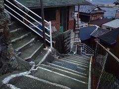 白いペンキで縁取られた不規則な階段だらけの坂手島