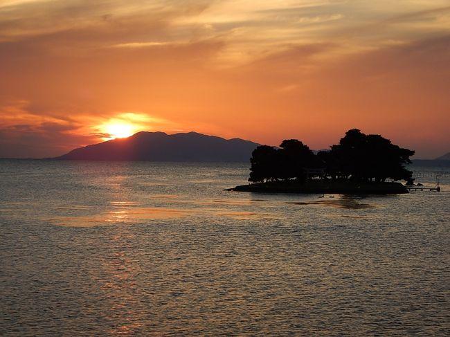 島根に行くなら10月、神在月がいい。そう思って一泊二日の旅程を組んでみた。<br /><br />米子空港から入って松江へ移動、まずは松江城を見学。<br />宍道湖を反時計回りに寺院をまわって足立美術館へ。<br />夕方に宍道湖畔から日没を見る。<br />出雲に投宿し、二日目は朝一で出雲大社参拝。<br />その後は世界遺産石見銀山を目指して西へ西へといくつかの観光地に寄りながら移動。<br />萩石見空港から帰京という流れ。<br /><br />車の総走行距離は約410km。<br />天気は初日は晴れていたが、二日目は浜田辺りで大雨にあった。
