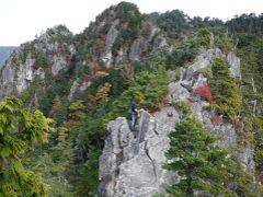 甲武信岳 紅葉と岩峰の鶏冠山からシャクナゲ漕ぎを経て辿る