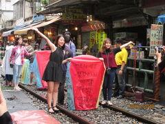 台湾新北市十分老街の天燈上げ