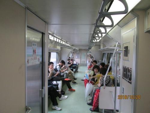 十分老街で天燈上げを体験した後、平渓線十分駅から電車に乗り宜蘭線瑞芳駅までのローカル線の旅を楽しみました。十分老街は昔は炭鉱として栄えたそうです。平渓線は石炭を運搬に使った路線でした。沿線は昔ながらの面影を多く残している所から1992年に観光路線として運行されるようになったそうです。台湾の平渓線は日本の江ノ電と「一日乗車券」の無償交換活動を行っています。「台日鉄道観光パスポート」と銘打った活動で使用済みの江ノ電一日乗車券を台北駅、瑞芳駅に持って行くと「平渓線PASSPORT」に、逆に使用した「平渓線一日周遊券」を藤沢駅、江ノ島駅、鎌倉駅に持って行くと「江ノ電沿線PASSPORT」と無償交換活動してくれます。台日双方で鉄道旅行の発展を期待しています。<br />