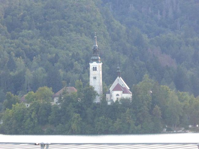 某旅行社のANAチャーター便でスロベニア、クロアチア、ボスニア・ヘルツェゴビナ、モンテネグロの4カ国を縦断してきました。250人以上も参加したので、一緒に行かれた方もお読みになるかもしれませんね。遠慮なくコメントください。<br /><br />私のお目当ては、緑豊かな丘陵に滝や湖が広がる世界自然遺産プリトビッツェ湖群国立公園と、アドリア海の真珠・城壁都市ドゥブロブニクの街並みです。両方ともクロアチアにありますが、まずはスロベニアからスタート。「アルプスの瞳」と称賛されるブレッド湖を訪れました。