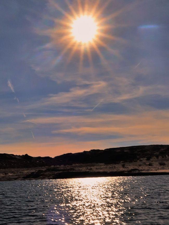 パウェル湖(英: Lake Powell)は、アメリカ合衆国ユタ州とアリゾナ州に跨り、コロラド川の途中にある貯水池(人工湖)である。毎年約200万人が訪れる観光スポットでもある。アメリカ合衆国ではネバダ州とアリゾナ州にまたがっているミード湖に次いで第2位の人工貯水池である。<br /><br />パウェル湖の本体はグレンキャニオン上流に伸びているが、他に90以上のキャニオンにも入っていく。エスカランテ川やサンフアン川にも伸びており、本流のコロラド川に合流する。周辺には地形的に多くの興味ある地点やアナサジ文化の名残がある。<br />(フリー百科事典『ウィキペディア(Wikipedia)』より引用)<br /><br />http://antelopepointlakepowell.com/<br /><br /><br />
