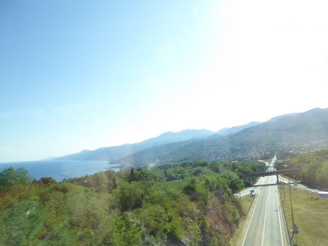 スロベニアを後にしてクロアチアに入ります。プリトビッツェまで200キロ以上のロングドライブです。内陸を走るのですが、途中で少しだけアドリア海が見えました。現地は週末で道が大渋滞。なかなかホテルまでたどり着けません・・・。